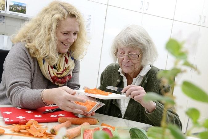 24 Stunden Pflege zu Hause beim Essen und Kochen - Ganzheitliche Pflege durch Pflegekräfte aus Osteuropa.